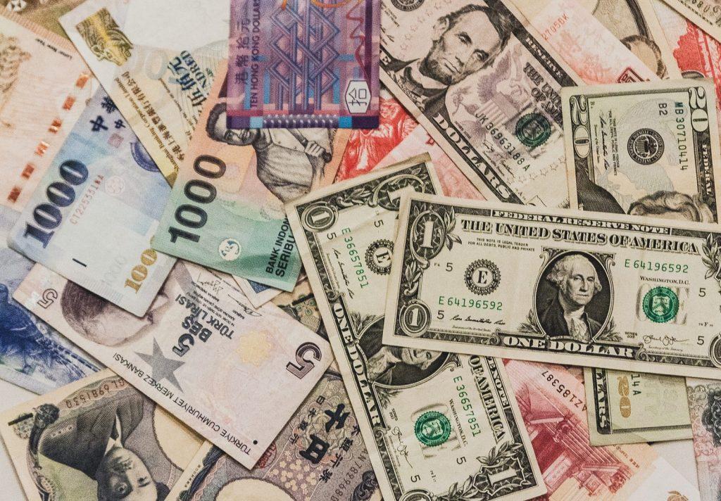 散らばった海外の紙幣